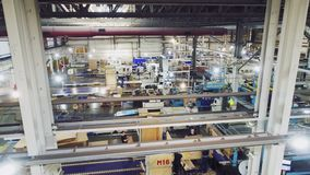 Εργαστήριο εργοστασίων κατασκευής χάρτου με τη γραμμή παραγωγής και προσωπικό φιλμ μικρού μήκους