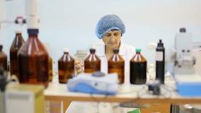 Εργαστήριο διατροφής, επιστήμονας στην εργασία απόθεμα βίντεο