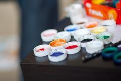 Εργαστήριο καλλιτέχνη Καμβάς, χρώμα, βούρτσες, μαχαίρι παλετών που βρίσκεται στον πίνακα στοκ εικόνα με δικαίωμα ελεύθερης χρήσης