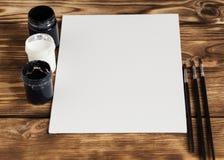 εργαστήριο καλλιτεχνών s Καμβάς, χρώμα, βούρτσες, μαχαίρι παλετών που βρίσκεται στον πίνακα Εργαλεία τέχνης Υπόβαθρο εργασιακών χ Στοκ Εικόνες