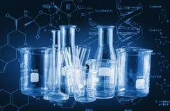 Εργαστηριακή έρευνα - επιστημονικά γυαλικά για το χημικό υπόβαθρο στοκ εικόνες