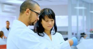 Εργαστηριακοί τεχνικοί που αλληλεπιδρούν ο ένας με τον άλλον 4k φιλμ μικρού μήκους