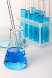 Εργαστηριακός εξοπλισμός με το μπλε υγρό (νερό) Στοκ Εικόνα