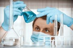 Εργαστηριακός επιστήμονας που εργάζεται στο εργαστήριο με τους σωλήνες δοκιμής στοκ φωτογραφίες με δικαίωμα ελεύθερης χρήσης