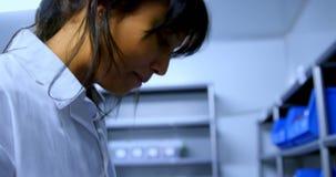 Εργαστηριακός τεχνικός που εργάζεται στην τράπεζα αίματος 4k φιλμ μικρού μήκους