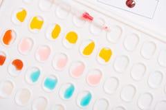 Εργαστηριακό σιφώνιο με την πτώση του υγρού πέρα από τους σωλήνες δοκιμής γυαλιού για ένα επιστημονικό πείραμα σε ένα ερευνητικό  Στοκ φωτογραφία με δικαίωμα ελεύθερης χρήσης