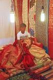 Εργατικός έμπορος που πωλεί το παραδοσιακό ύφασμα στοκ εικόνες με δικαίωμα ελεύθερης χρήσης