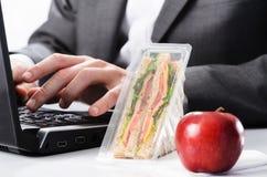 Εργατικός επιχειρηματίας με το αφάγωτο μεσημεριανό γεύμα στοκ φωτογραφία με δικαίωμα ελεύθερης χρήσης