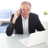Εργατικός επιχειρηματίας σε κινητό στοκ φωτογραφία