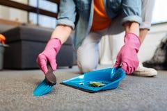 Εργατικός θηλυκός καθαριστής που φορά τα προστατευτικά ρόδινα γάντια και τα άνετα ενδύματα στοκ φωτογραφία με δικαίωμα ελεύθερης χρήσης