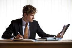 Εργατικό βιβλίο ανάγνωσης επιχειρηματιών Στοκ φωτογραφία με δικαίωμα ελεύθερης χρήσης