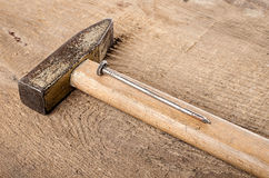 Εργαλεία Ένα σφυρί και καρφιά στο ξύλινο υπόβαθρο ready work Στοκ εικόνες με δικαίωμα ελεύθερης χρήσης