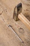 Εργαλεία Ένα σφυρί και καρφιά στο ξύλινο υπόβαθρο ready work Στοκ φωτογραφία με δικαίωμα ελεύθερης χρήσης