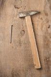 Εργαλεία Ένα σφυρί στο ξύλινο υπόβαθρο ready work Στοκ φωτογραφία με δικαίωμα ελεύθερης χρήσης