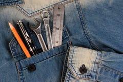 Εργαλεία γαλλικών κλειδιών σε μια τσέπη εργαζομένων τζιν, τσέπη τζιν Α με τα εργαλεία Στοκ Εικόνες