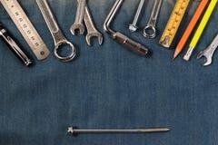 Εργαλεία γαλλικών κλειδιών στους εργαζομένους ενός τζιν, τζιν Α με τα εργαλεία μηχανικών Στοκ φωτογραφίες με δικαίωμα ελεύθερης χρήσης