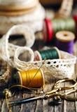 Εργαλεία για τη ραπτική, νήμα για το ράψιμο και ψαλίδι Στοκ φωτογραφία με δικαίωμα ελεύθερης χρήσης