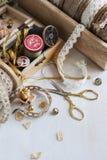 Εργαλεία για τη ραπτική, νήμα για το ράψιμο, ψαλίδι και κουμπιά και εκλεκτής ποιότητας δαντέλλες Στοκ Εικόνες