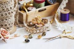 Εργαλεία για τη ραπτική, νήμα για το ράψιμο, ψαλίδι, κουμπιά και δαντέλλες Στοκ εικόνες με δικαίωμα ελεύθερης χρήσης