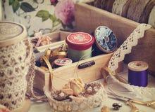 Εργαλεία για τη ραπτική, νήμα για το ράψιμο, ψαλίδι, κουμπιά και δαντέλλες Στοκ Εικόνες