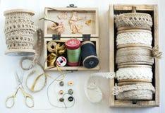 Εργαλεία για τη ραπτική, νήμα για το ράψιμο, ψαλίδι, κουμπιά και β Στοκ φωτογραφίες με δικαίωμα ελεύθερης χρήσης