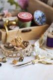 Εργαλεία για τη ραπτική, νήμα για το ράψιμο, ψαλίδι, κουμπιά και εκλεκτής ποιότητας δαντέλλες Στοκ Εικόνες
