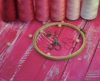 εργαλεία για τις τέχνες και τα χόμπι σε ένα ρόδινο ξύλινο υπόβαθρο Στοκ Φωτογραφίες