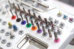 Εργαλεία για το οδοντικό σύνολο κιβωτίων τρυπανιών prosthetist στοκ εικόνα