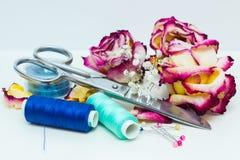Εργαλεία για το ράψιμο και τα ξηρά τριαντάφυλλα Στοκ Φωτογραφία