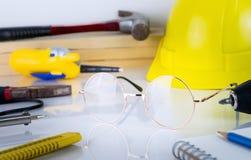 Εργαλεία επισκευής κατασκευής μηχανικών με eyeglasses Στοκ εικόνα με δικαίωμα ελεύθερης χρήσης
