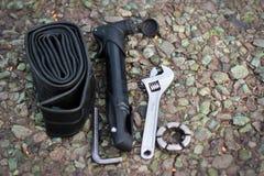 Εργαλεία επισκευής ποδηλάτων στην άσφαλτο Στοκ εικόνα με δικαίωμα ελεύθερης χρήσης