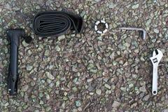 Εργαλεία επισκευής ποδηλάτων στην άσφαλτο Στοκ Εικόνα