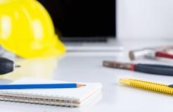 Εργαλεία εργασίας μηχανικών κατασκευής με το lap-top Στοκ εικόνα με δικαίωμα ελεύθερης χρήσης