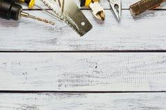 Εργαλεία εργασίας στο ξύλινο υπόβαθρο Στοκ Εικόνες