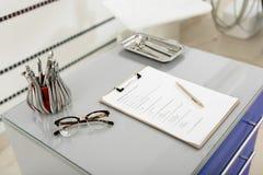 Εργαλεία εργασιακών χώρων χειρουργικών επεμβάσεων στην αρχή του stomatologist Στοκ εικόνες με δικαίωμα ελεύθερης χρήσης