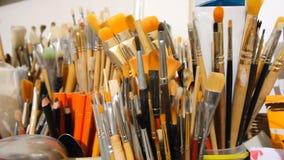 Εργαλεία ελαιογραφίας στο υπόβαθρο του στούντιο τέχνης καλλιτεχνικά πινέλα απόθεμα βίντεο
