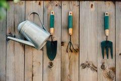 Εργαλεία κήπων που κρεμούν και που ποτίζουν Στοκ εικόνες με δικαίωμα ελεύθερης χρήσης