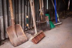 Εργαλεία κήπων σε ένα υπόστεγο Στοκ Εικόνα