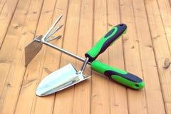 Εργαλεία κήπων στην ξύλινη επιφάνεια Στοκ εικόνα με δικαίωμα ελεύθερης χρήσης