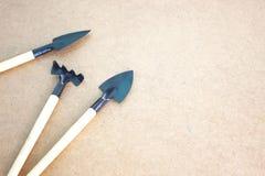 Εργαλεία κήπων στον ξύλινο πίνακα με το διάστημα για το κείμενο Στοκ Εικόνα
