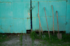 εργαλεία κήπων στο μπλε υπόβαθρο στοκ εικόνες