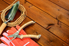Εργαλεία και αντικείμενα κηπουρικής κινηματογραφήσεων σε πρώτο πλάνο στο παλαιό ξύλινο υπόβαθρο με το copyspace Στοκ φωτογραφία με δικαίωμα ελεύθερης χρήσης