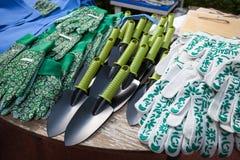 Εργαλεία και γάντια κήπων για το θερινή περίοδο στοκ εικόνες