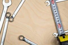Εργαλεία και γαλλικά κλειδιά στο ξύλινο πιάτο Στοκ φωτογραφία με δικαίωμα ελεύθερης χρήσης