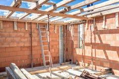 Εργαλεία και λεπτομέρειες εργοτάξιων οικοδομής - σκάλα μετάλλων, στρώματα τούβλου, ξύλο, ξυλεία Στοκ Φωτογραφίες