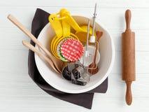 Εργαλεία και εργαλεία ψησίματος στη μίξη του κύπελλου Στοκ Εικόνα