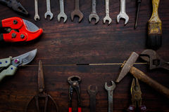 Εργαλεία και όργανα κατασκευής στο ξύλινο υπόβαθρο Στοκ Εικόνα