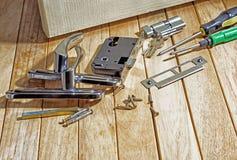Εργαλεία και mortise κλειδαριά πρίν εγκαθιστά την πόρτα στοκ φωτογραφία με δικαίωμα ελεύθερης χρήσης