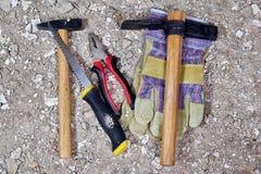 Εργαλεία κατασκευής στην παλαιές σκόνη, το ασβεστοκονίαμα και την πέτρα Στοκ Εικόνες