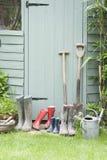 Εργαλεία κηπουρικής από το υπόστεγο κήπων Στοκ Φωτογραφία